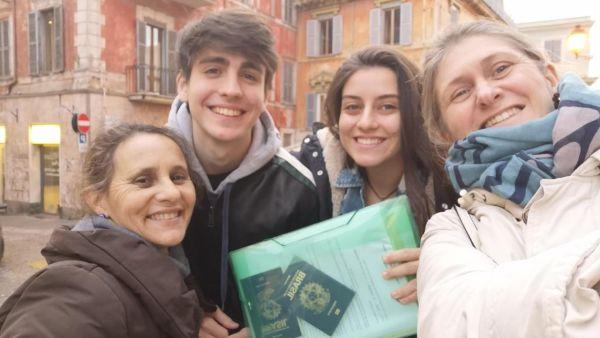 Marianna Averaldo e a família com os documentos necessário para tirar a cidadania | Divulgação