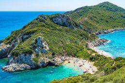 Praia Halikounas, Corfu, Grécia | Foto de Chris Karidis no Unsplash