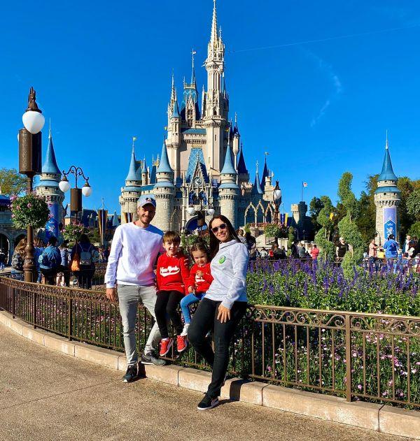 Youtuber com a família no parque da Disney, na Flórida | Divulgação